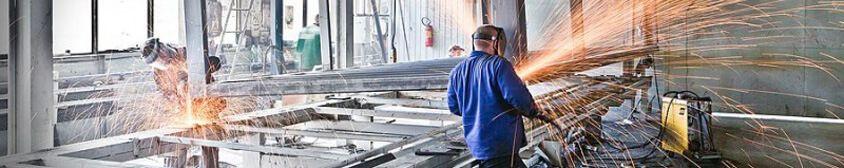 usine de bâtiments préfabriqués : soudure des châssis en acier